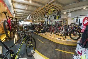 Bikesupport tienda de bicicletas y ciclismo en Madrid. Imagen de interior de la tienda. Exposición de bicis