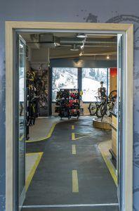 Bikesupport tienda de bicicletas y ciclismo en Madrid. Puerta entrada