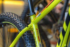 Marco de bicicleta amarilla