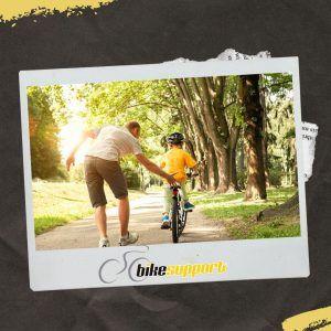 Padre e hijo montando bicicleta